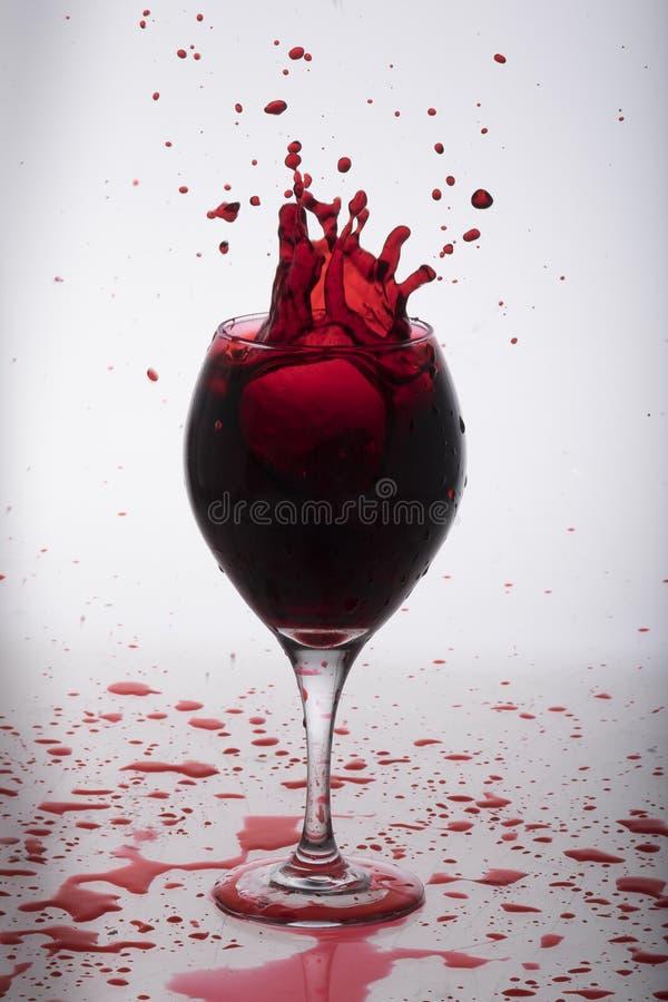 Wijn het bespatten van een glas royalty-vrije stock foto