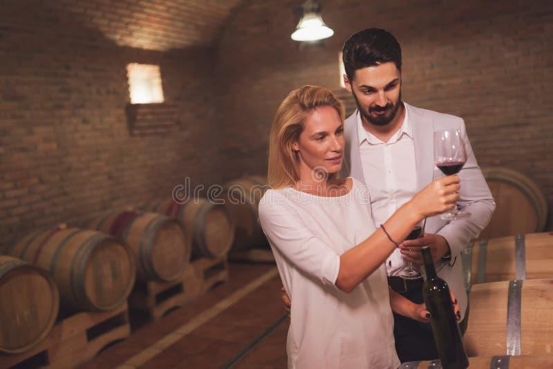 Wijn het houden van paar degustating wijnen royalty-vrije stock afbeeldingen