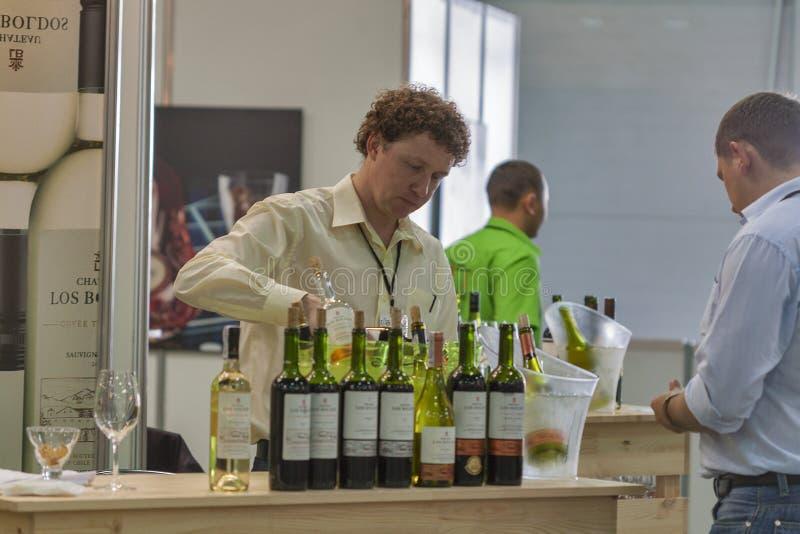 Wijn het proeven tijdens het festival royalty-vrije stock fotografie