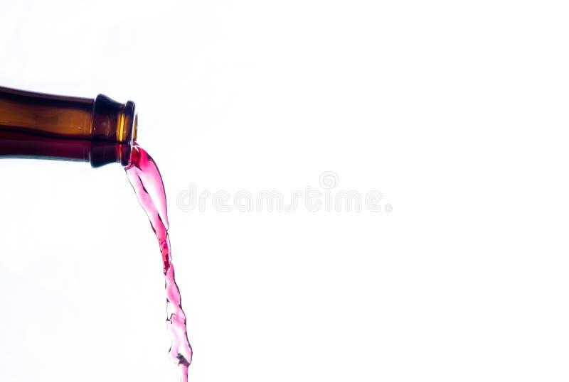 Wijn het uitgieten van een glasfles stock fotografie