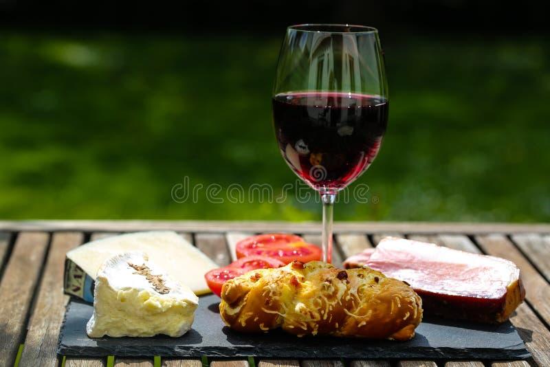 Wijn, kaas en bacon op lei royalty-vrije stock fotografie