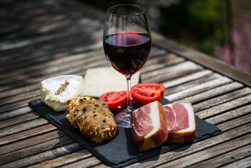 Wijn, kaas en bacon op lei stock fotografie