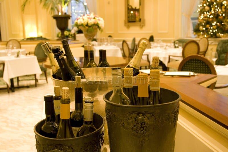 Wijn in luxerestaurant stock afbeeldingen