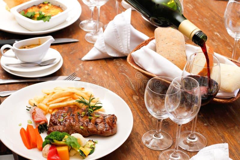Wijn met de plaat van het restaurantvoedsel royalty-vrije stock afbeelding