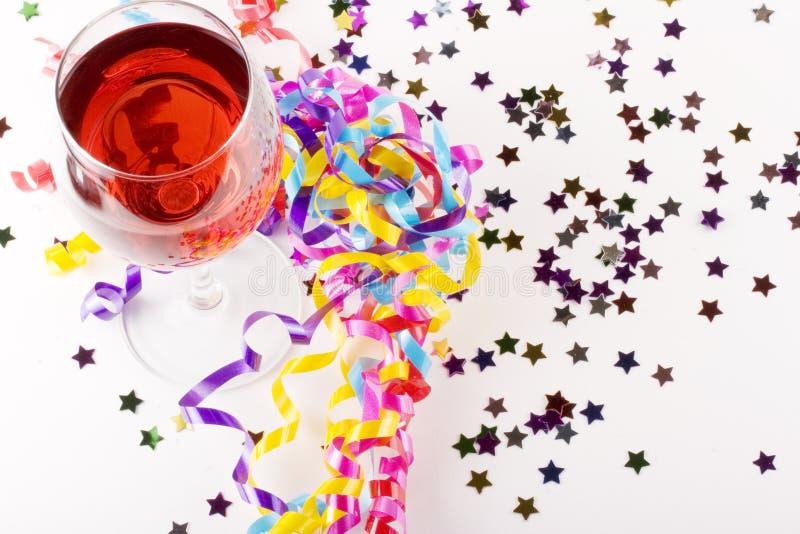 Wijn met partijgunsten royalty-vrije stock foto's