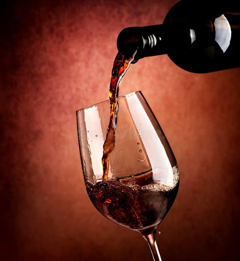 Wijn op bruine achtergrond stock foto's