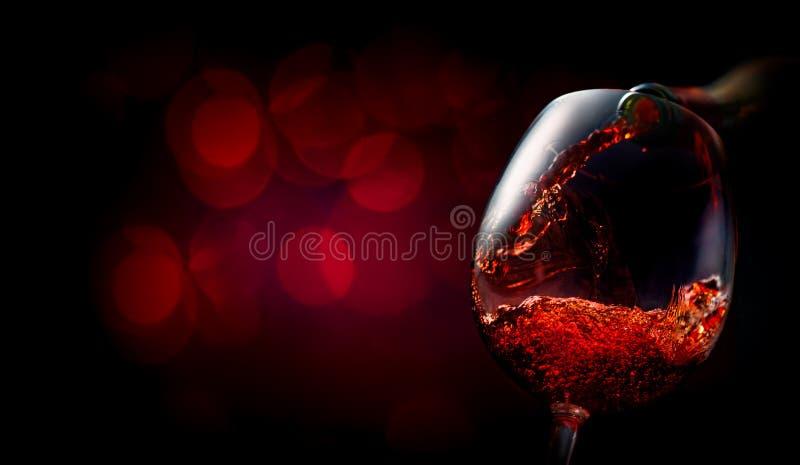 Wijn op donkerrood royalty-vrije stock afbeelding