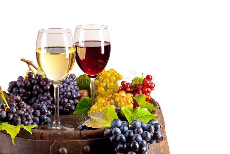 Wijn op vaatje, op witte achtergrond wordt geïsoleerd die royalty-vrije stock afbeeldingen