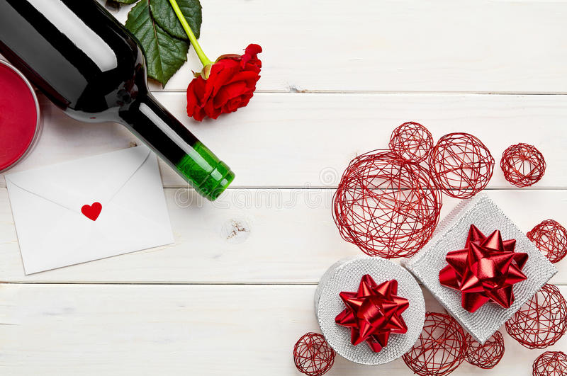 Wijn op witte achtergrond en decoratie stock foto's