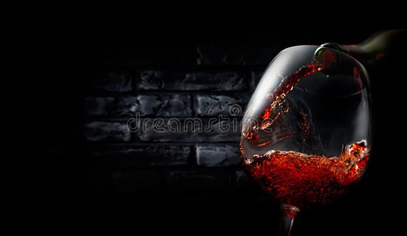 Wijn op zwarte bakstenen stock afbeelding