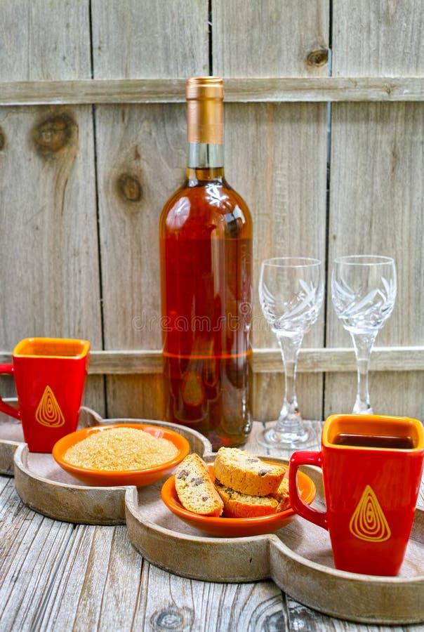Wijn van de dessert ben de zoete likeur, twee koppen met espresso en stock fotografie