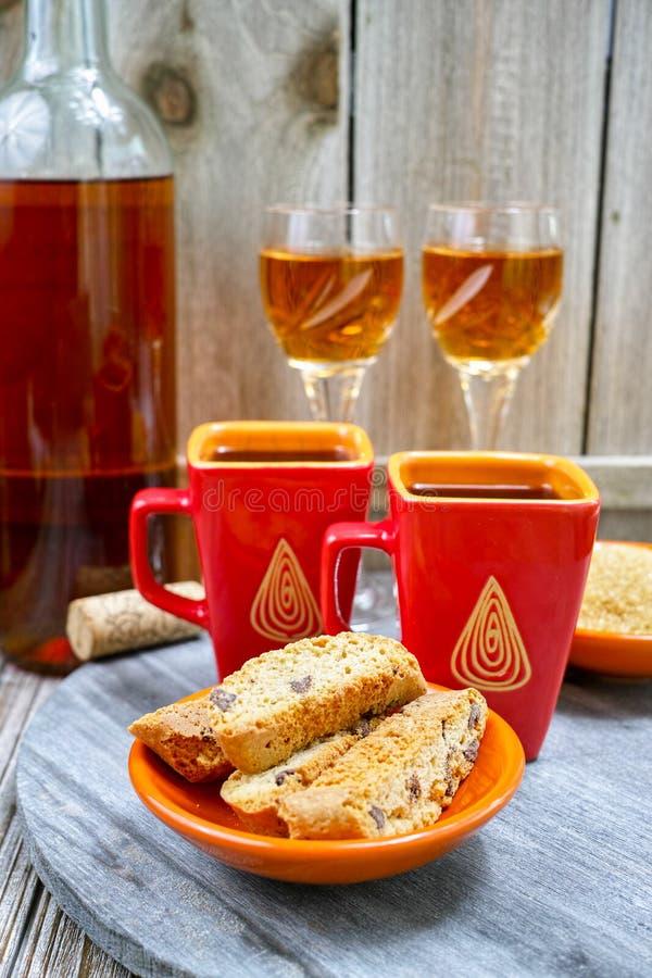 Wijn van de dessert ben de zoete likeur, twee koppen met espresso en stock afbeeldingen
