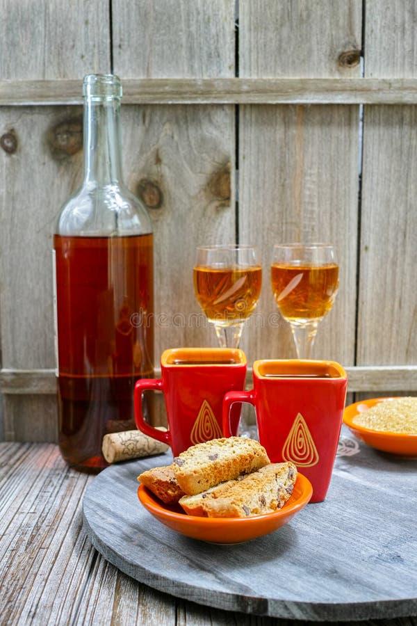 Wijn van de dessert ben de zoete likeur, twee koppen met espresso en stock foto's