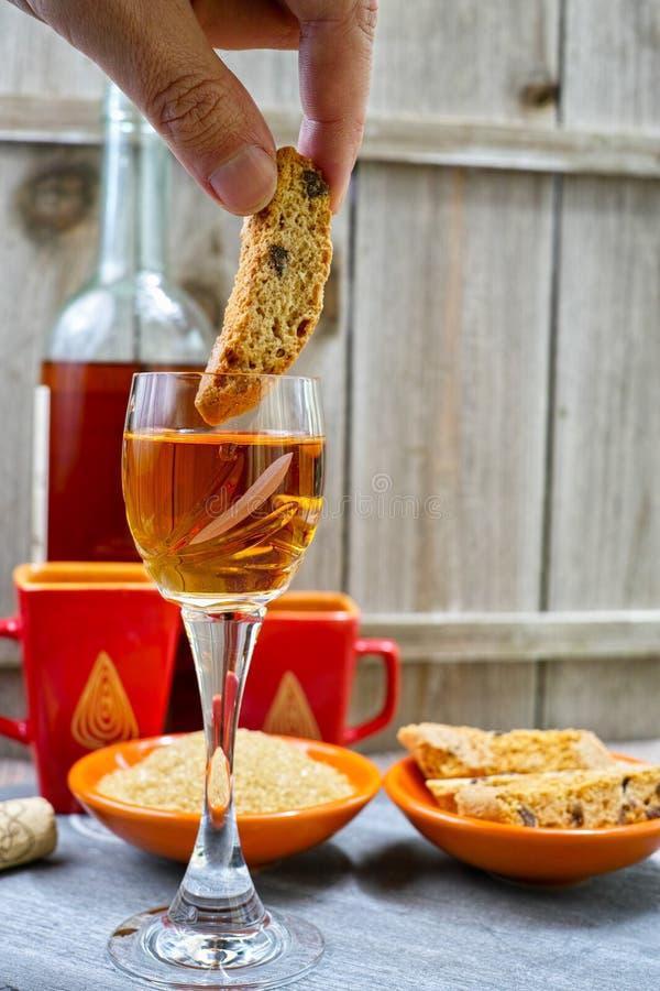 Wijn van de dessert schuint de zoete likeur met traditionele Italiaanse amandel af royalty-vrije stock foto