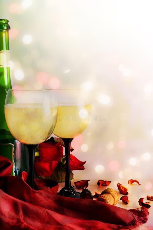 Wijn, wijnglazen en rozen op een kleurenachtergrond royalty-vrije stock afbeelding