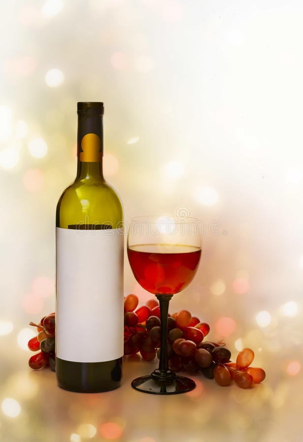 Wijn, wijnglazen en rozen op een kleurenachtergrond stock fotografie