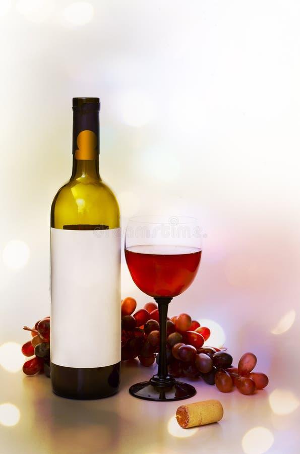 Wijn, wijnglazen en rozen op een kleurenachtergrond royalty-vrije stock fotografie