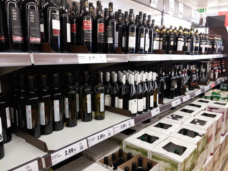 Wijnafdeling in supermarkt royalty-vrije stock fotografie