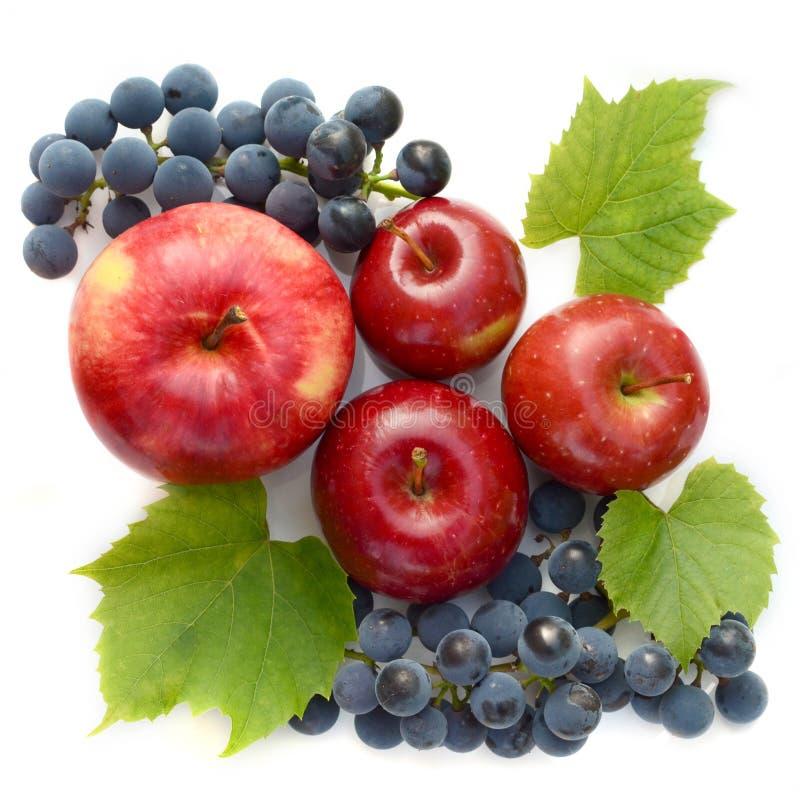 Wijndruiven en rode appelen Fruitsamenstelling op witte achtergrond Hoogste mening stock afbeeldingen