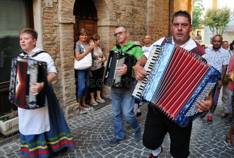 Wijnfestival in het middeleeuwse dorp van Staffolo in centrale Ita royalty-vrije stock fotografie