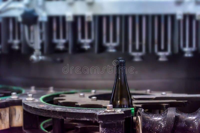 Wijnfles bij het kurken van transportband bij wijnmakerij stock foto