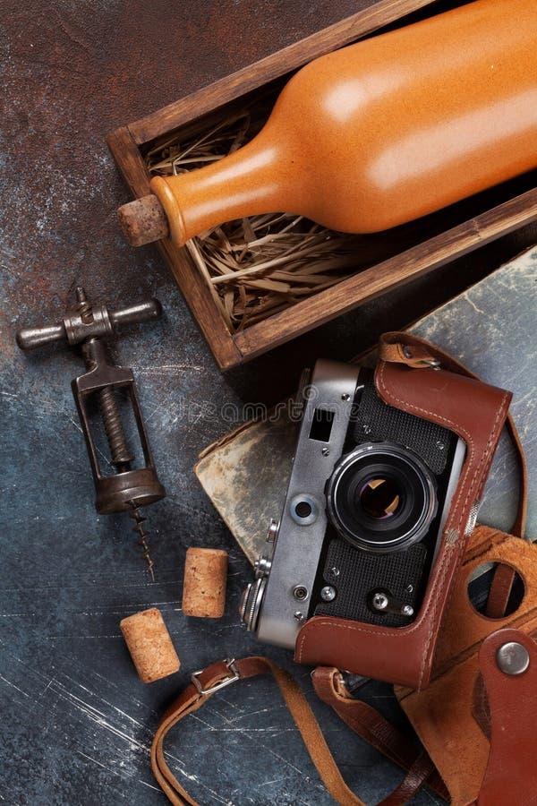 Wijnfles in doos en uitstekende camera stock afbeelding
