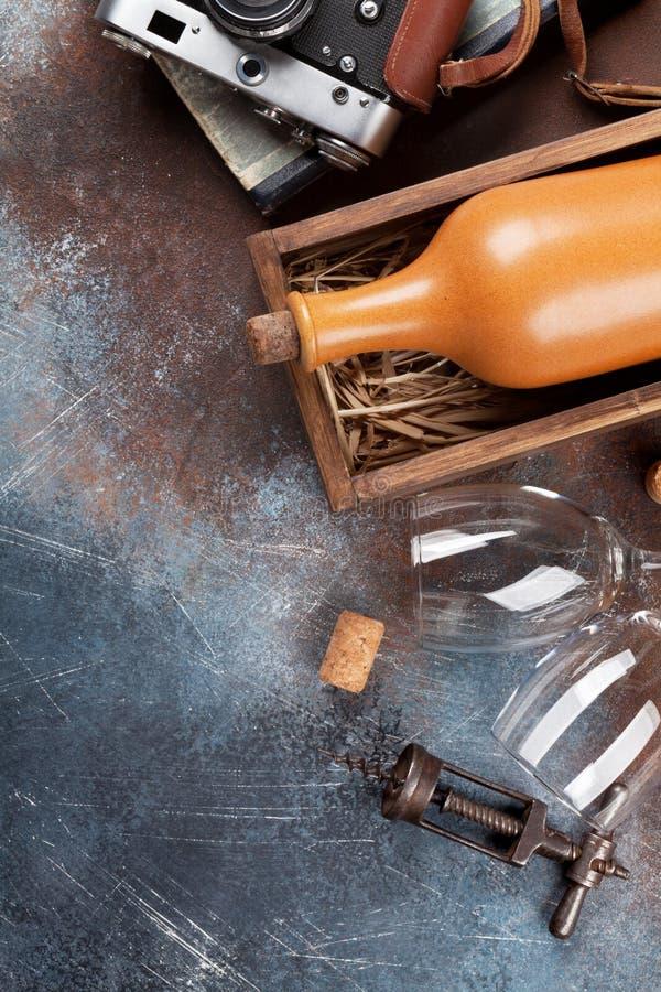 Wijnfles in doos en uitstekende camera stock foto