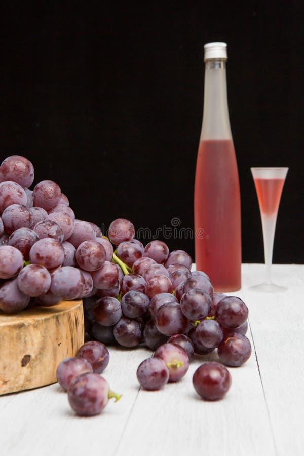 wijnfles en druif stock afbeeldingen
