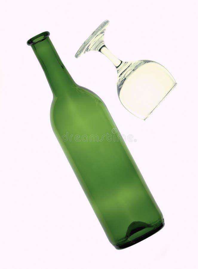Wijnfles en glas op witte achtergrond wordt geïsoleerd die royalty-vrije stock afbeeldingen