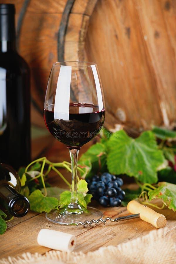 Wijnfles, glas, druiven en vat stock afbeeldingen