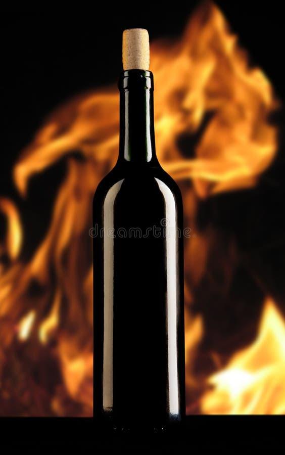 Wijnfles op open haardachtergrond royalty-vrije stock fotografie