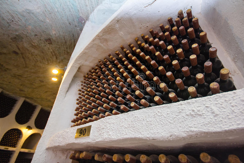 Wijnflessen in de Kelder royalty-vrije stock afbeeldingen