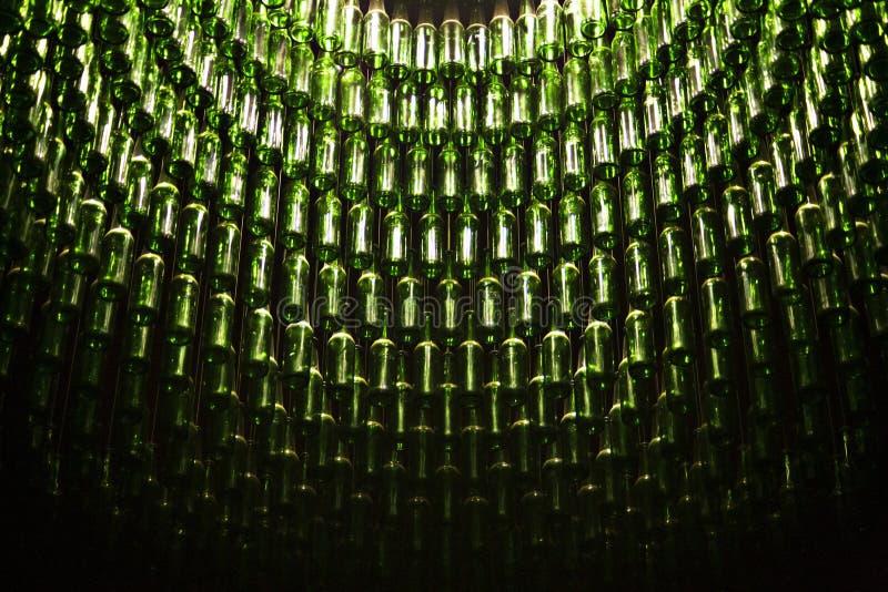 Wijnflessen die van plafond hangen stock fotografie