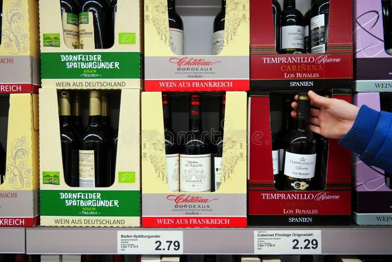 Wijnflessen in doos royalty-vrije stock foto