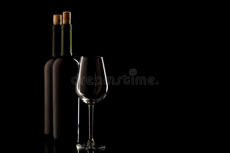 Wijnflessen met cork en glas stock afbeeldingen