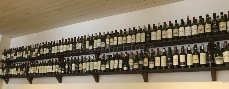 Wijnflessen op de plank stock foto's