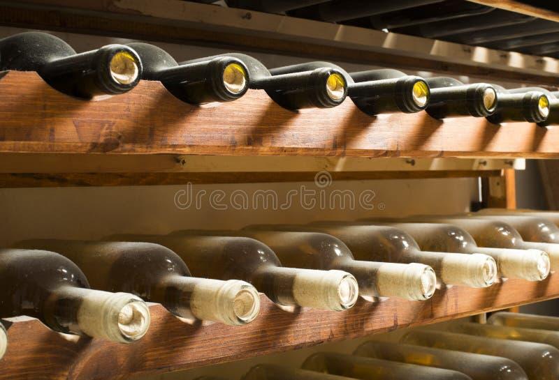 Wijnflessen Op Plank Royalty-vrije Stock Afbeelding