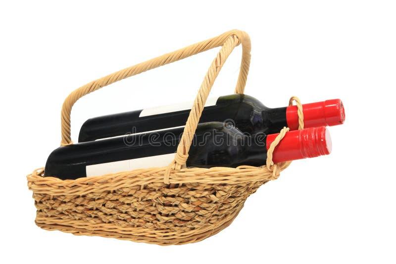 Wijnflessen in Picknickmand op wit wordt geïsoleerd dat royalty-vrije stock foto