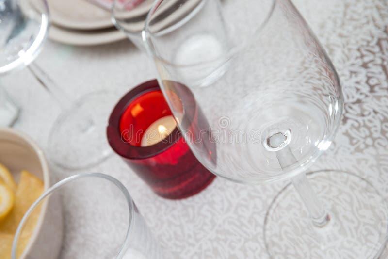 Wijnglas en een kaars stock fotografie