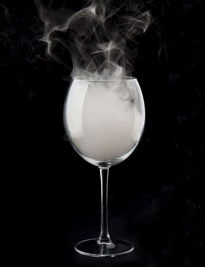 Wijnglas en rook stock foto's