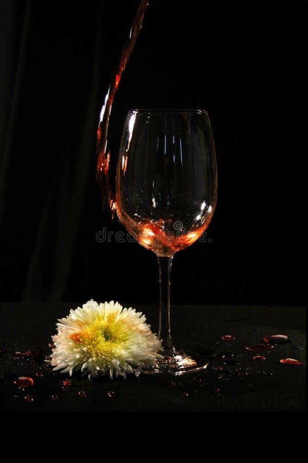 Wijnglas met bloem stock foto's