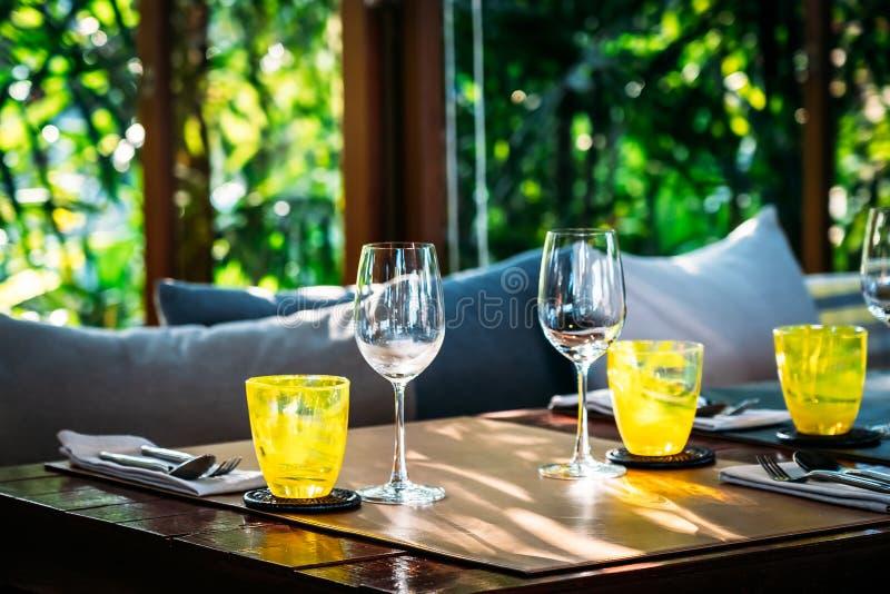 Wijnglas met eetset voor de voorbereiding van de ontbijtlunch of het diner op tafel in het restaurant stock fotografie