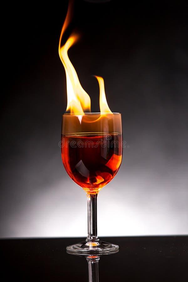 Wijnglas met het branden van alcohol stock foto's