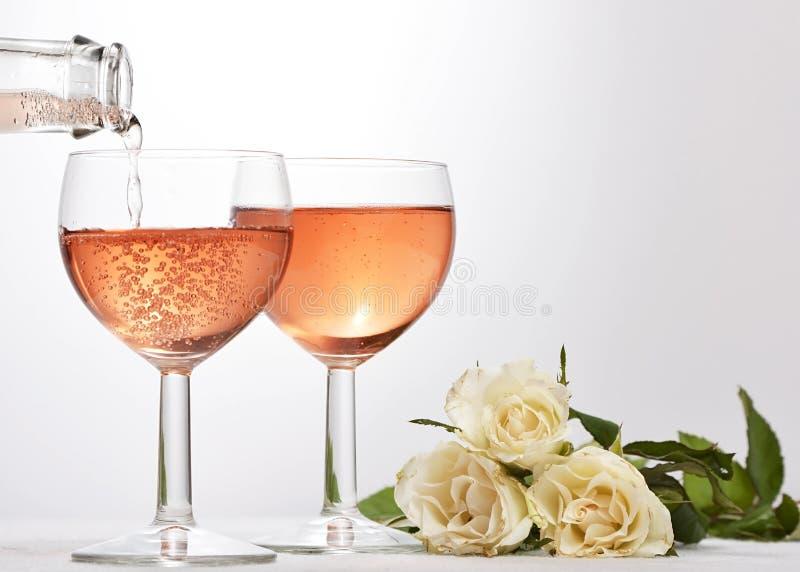 Wijnglas met rode fonkelende drank stock afbeeldingen