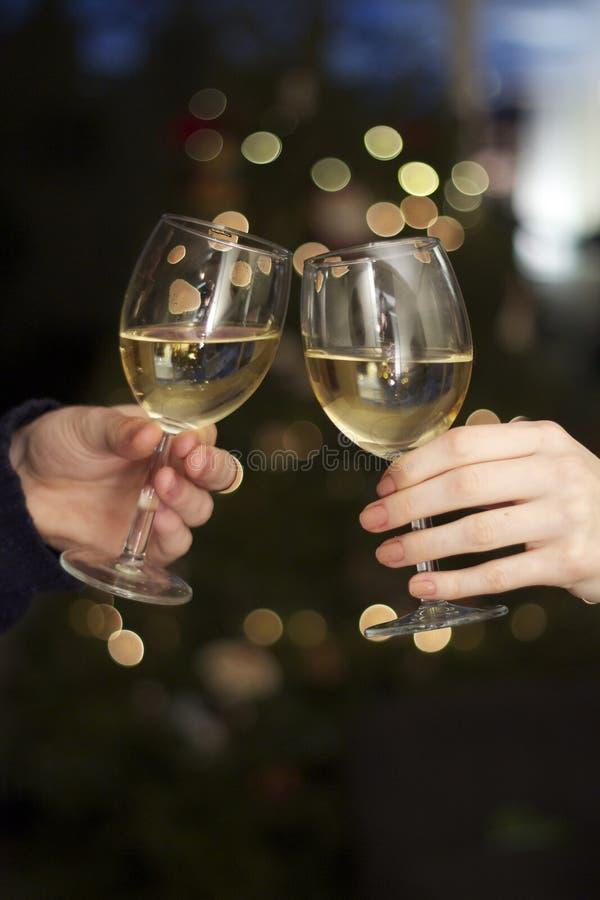 Wijnglazen Clinking royalty-vrije stock afbeelding