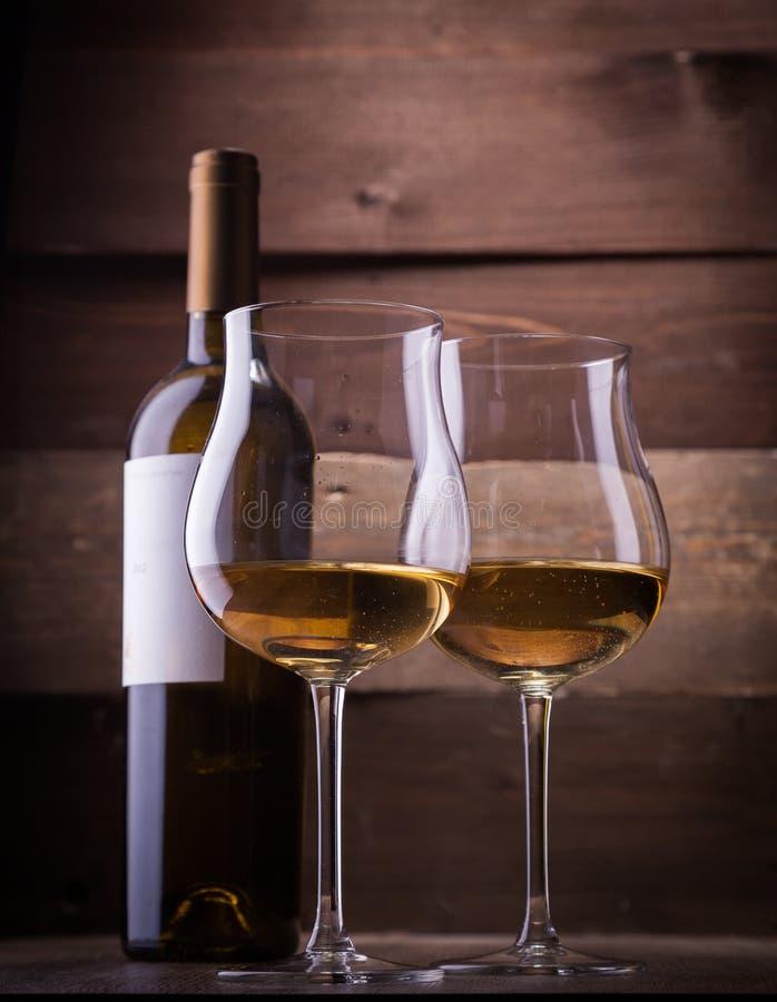 Wijnglazen en flessen stock foto