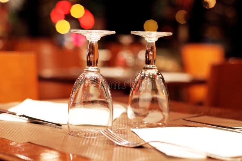 Wijnglazen en lijst die in een Parijse restaurant plaatsen stock fotografie