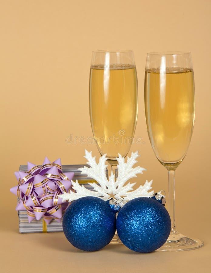 Wijnglazen met fonkelende champagne, gift, Kerstmisspeelgoed op B royalty-vrije stock foto's