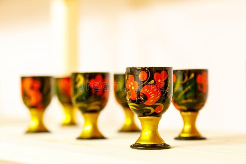 Wijnglazen met ornamenten in de stijl van Russisch KH worden verfraaid dat royalty-vrije stock afbeelding