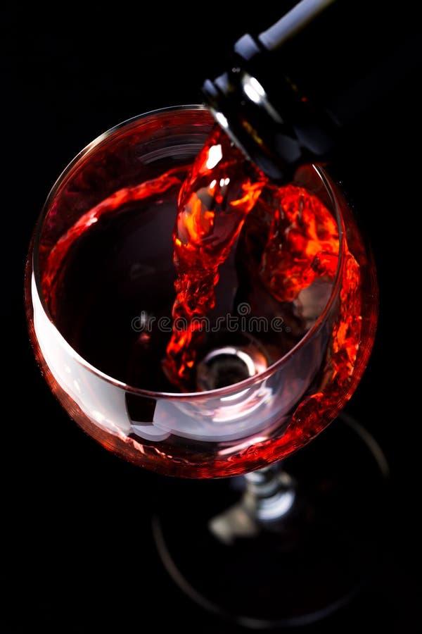 Wijnglazen met wijnfles op een zwarte achtergrond, minimalism, royalty-vrije stock foto's
